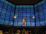 青色のステンドグラスが美しい教会内部.jpg