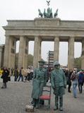 ブランデンブルグ門前で銅像パフォーマー.jpg