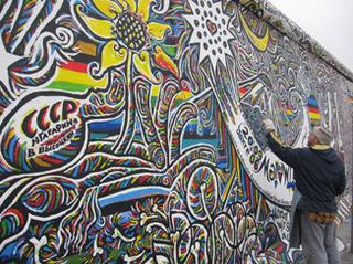 壁画を描くアーティスト.jpg